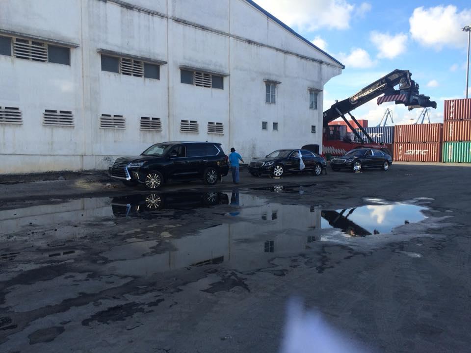 Những chiếc xe sang được đưa về cảng Hải Phòng, trong đó có cả Mercedes-Maybach S500. Ảnh: Lương Tuấn Nghĩa