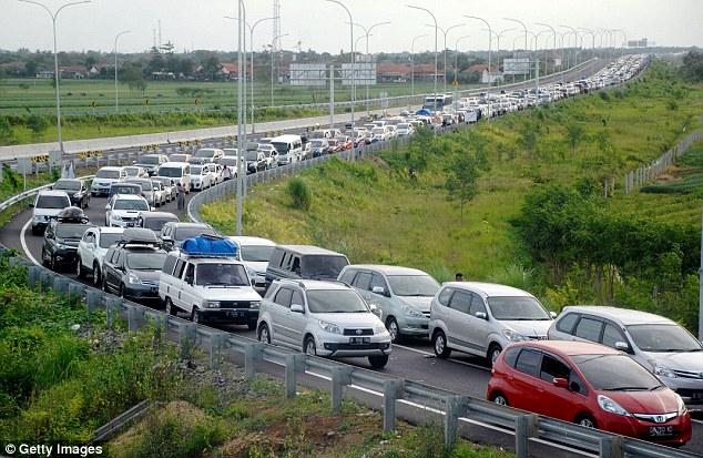 Hàng xe ô tô kéo dài 21 km tại Indonesia