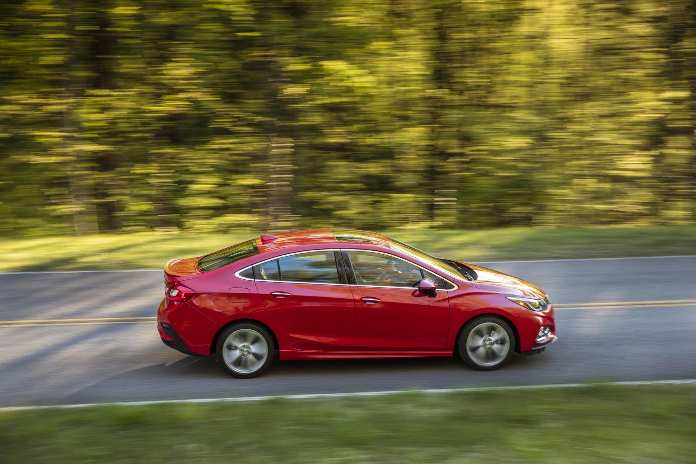 Tại thị trường Trung Quốc, Chevrolet Cruze XL sử dụng động cơ xăng 4 xy-lanh, tăng áp, dung tích 1,4 lít với công suất tối đa 147 mã lực và mô-men xoắn cực đại 235 Nm. Hai con số tương ứng của động cơ xăng 4 xy-lanh, hút khí tự nhiên, dung tích 1,5 lít dành cho Chevrolet Cruze XL là 112 mã lực và 146 Nm.