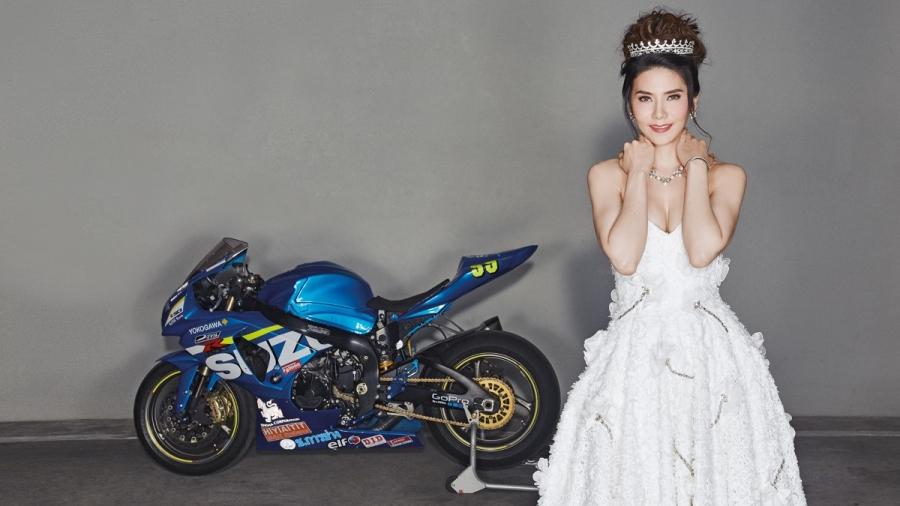 Pune chụp ảnh cùng chiếc mô tô đua trên tạp chí.