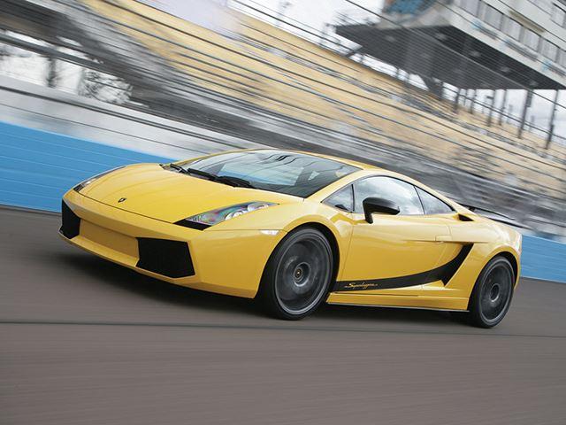 Màu vàng trên siêu xe Lamborghini: Giống như màu đỏ trên Ferrari, màu vàng đã trở thành sắc màu đặc trưng của Lamborghini. Gần như dòng sản phẩm nào của hãng siêu xe nước Ý cũng sở hữu nước sơn ngoại thất này.