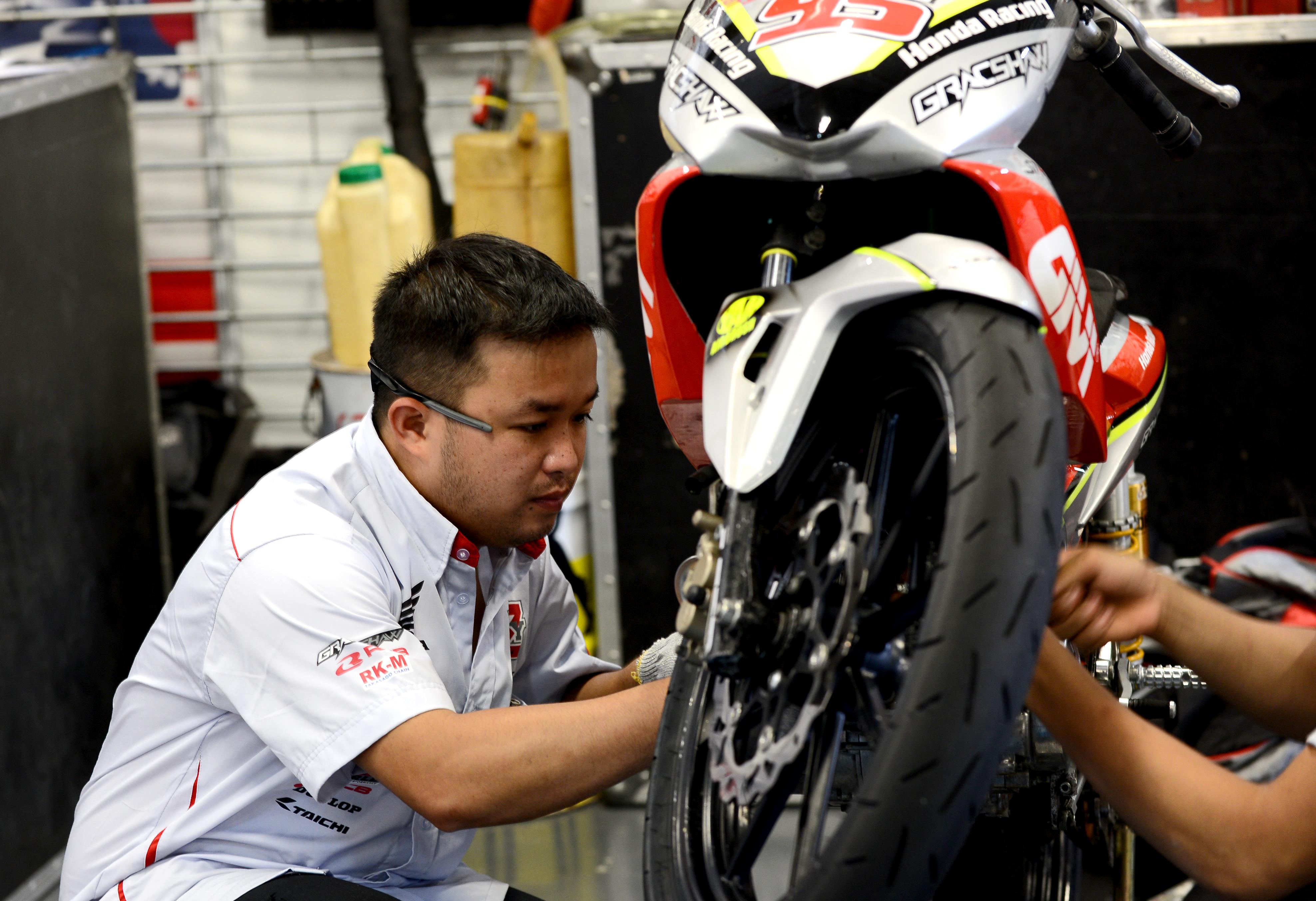 Đội kỹ thuật Honda kiểm tra kỹ thuật trước vòng đua