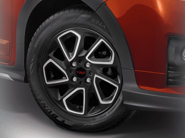 Logo TRD Sportivo và bộ vành hợp kim là những thay đổi đáng kể khác của Toyota Yaris phiên bản thể thao.