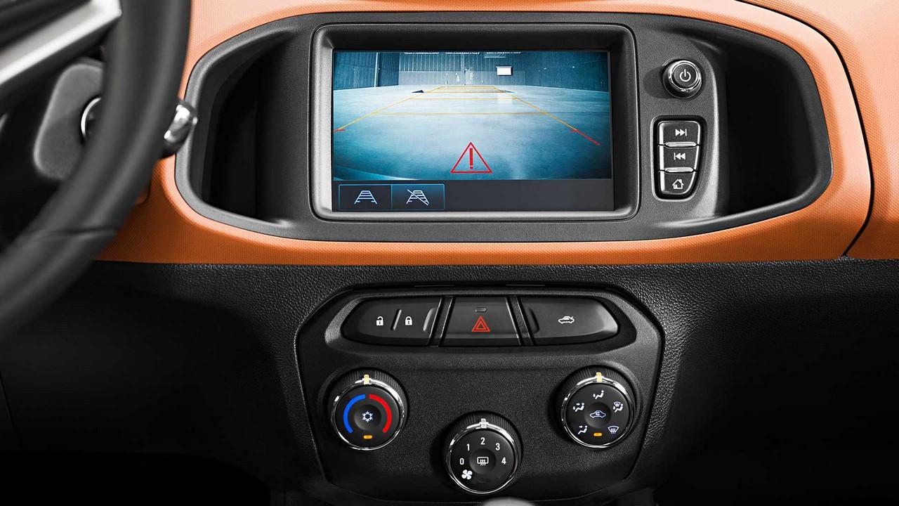 Thêm vào đó là các tính năng an toàn như hệ thống chống bó cứng phanh ABS, phân bổ lực phanh điện tử EBD, cảm biến đỗ xe phía sau, camera chiếu hậu và giám sát áp suất lốp.