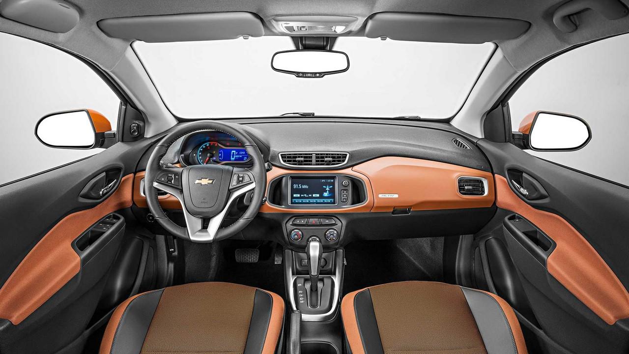 Bên trong Chevrolet Onix Activ là không gian nội thất 2 tông màu đen Jet Black và nâu Kalahari. Trong khi đó, màu của bảng táp-lô và mặt cửa lại là cam đối lập.