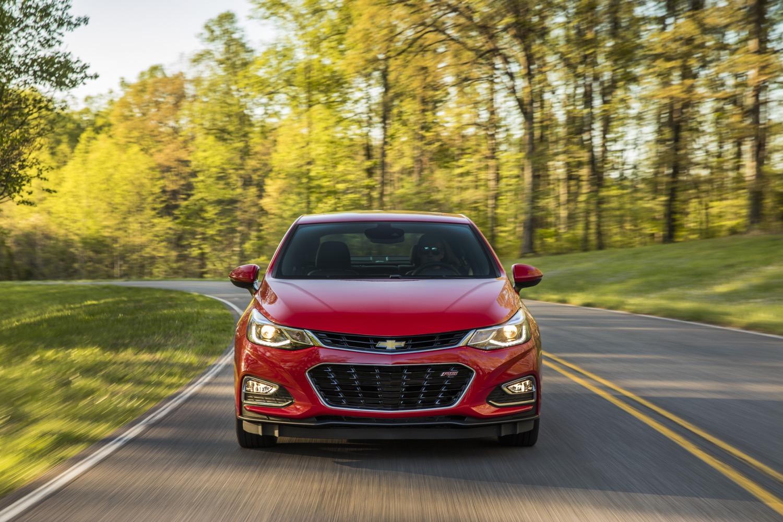 Về thiết kế ngoại thất, Chevrolet Cruze XL được trang bị lưới tản nhiệt, đèn pha, cản va, đèn hậu và vỏ gương ngoại thất khác biệt.