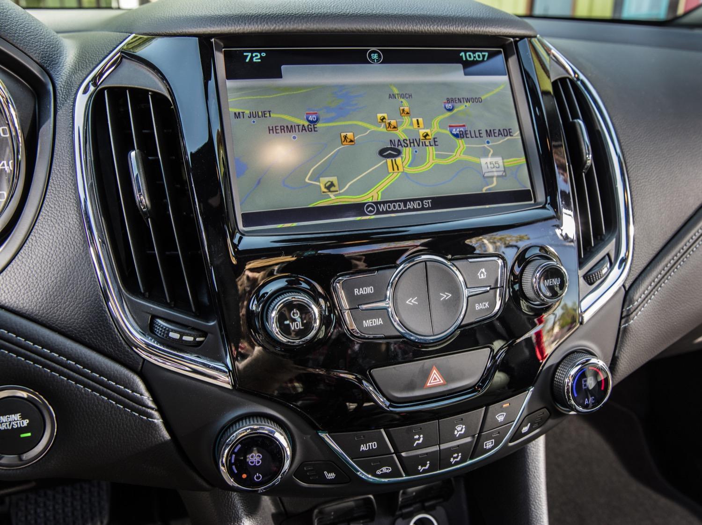 Trong đó, OnStar 4G LTE đóng vai trò như Wi-Fi đồng thời cho phép kết nối với 7 thiết bị di động khác nhau trong phạm vi 700 mét vuông. Riêng màn hình màu cảm ứng 7 inch là trang thiết bị tiêu chuẩn trên mọi phiên bản của Chevrolet Cruze XL tại thị trường Trung Quốc.