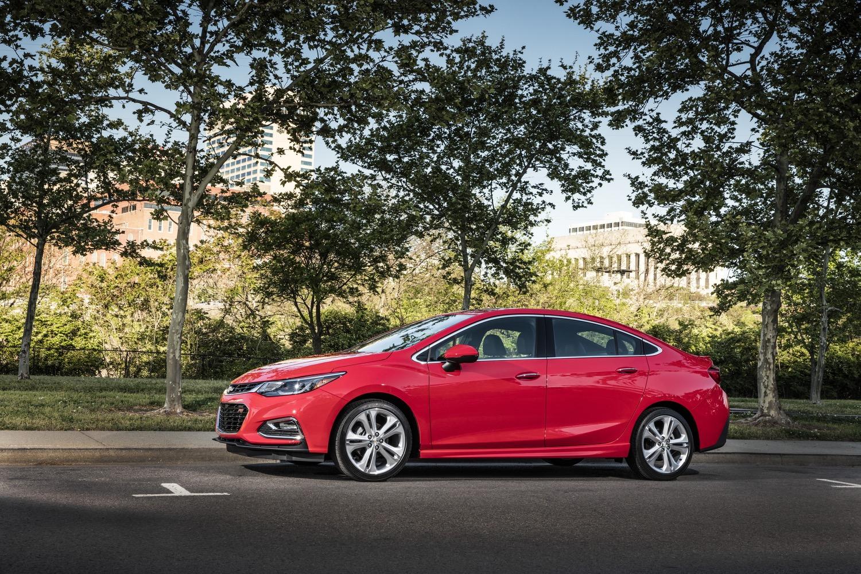 Đúng như tên gọi, chiều dài tổng thể của Chevrolet Cruze XL được tăng từ 4.567 mm lên 4.666 mm. Bản thân chiều dài cơ sở của Chevrolet Cruze XL cũng tăng từ 2.662 mm lên 2.700 mm. Bên cạnh đó là chiều rộng 1.807 mm (tăng 21 mm) và chiều cao 1.460 mm (tăng 6 mm). Dù kích thước tăng nhưng Chevrolet Cruze 2017 lại nhẹ hơn 120 kg so với phiên bản cũ.