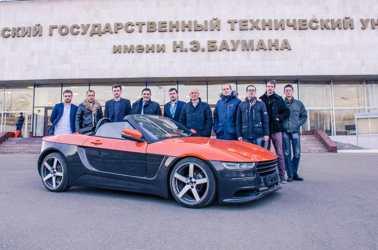 Nhóm sinh viên Nga chụp ảnh cùng chiếc xe mui trần tự chế tạo.