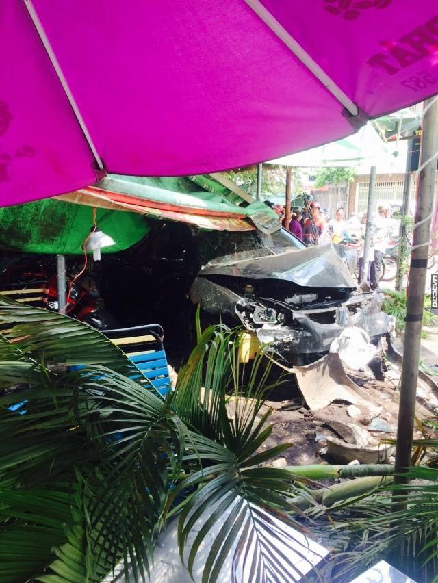 Chiếc ô tô đâm sập mái che của quán cà phê.