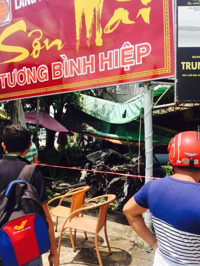 Vụ tai nạn thu hút sự chú ý của nhiều người dân địa phương.