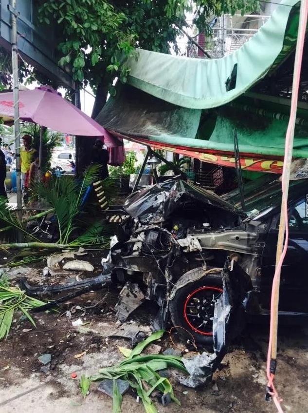 Chiếc ô tô bị hư hỏng nặng đầu xe.
