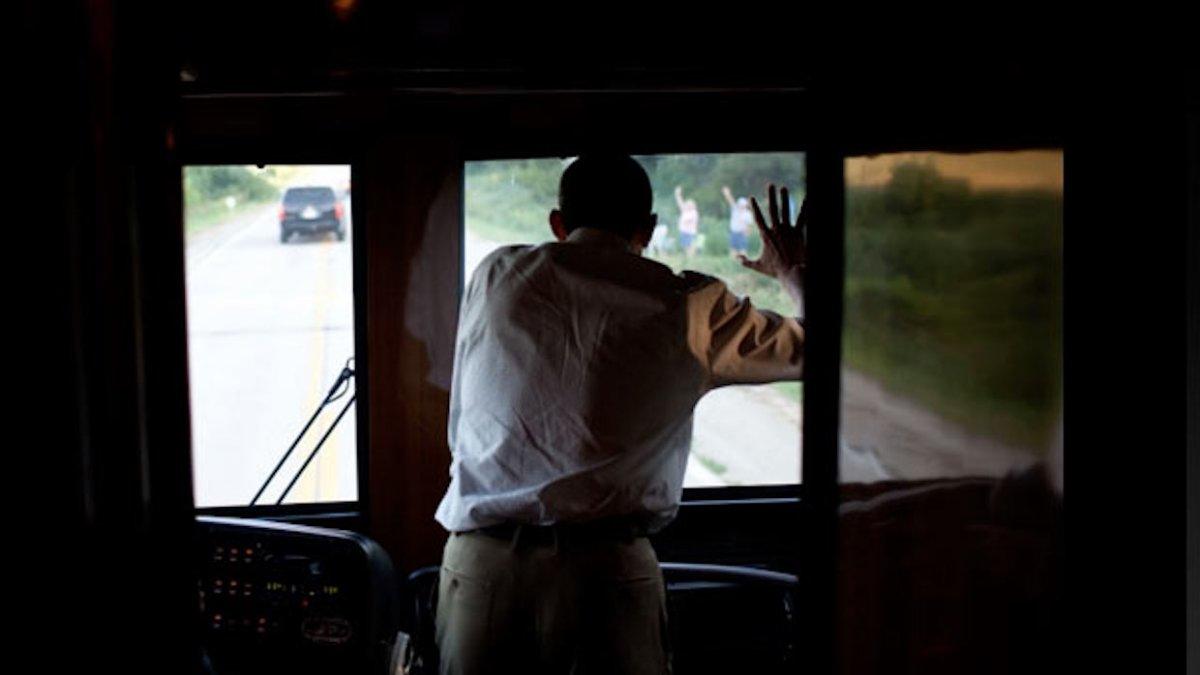 Trừ kính chắn gió trước, toàn bộ cửa sổ của Ground Force One đều kín như bưng. Tổng thống Obama sẽ phải đứng cạnh người lái Ground Force One nếu muốn vẫy chào đám đông bên đường trong quá trình di chuyển.