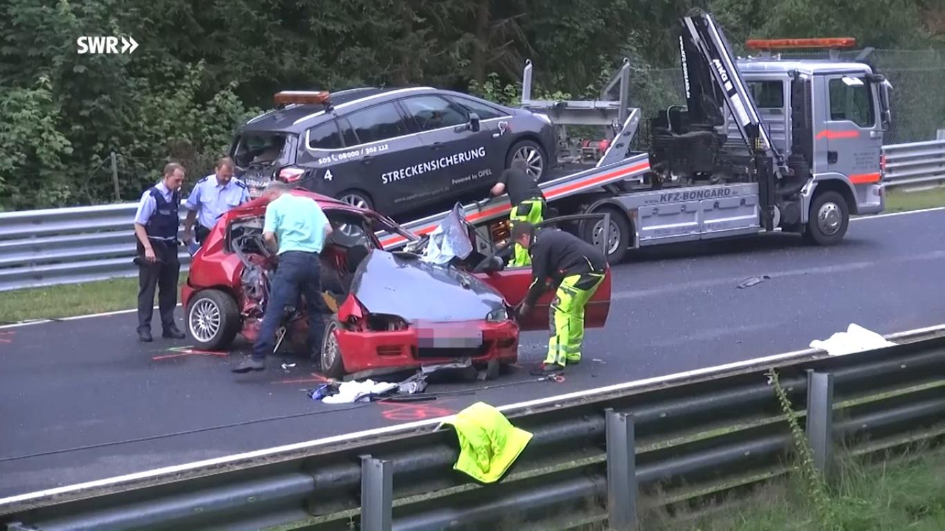 Hai chiếc xe được lực lượng cứu hộ đưa ra khỏi đường đua.