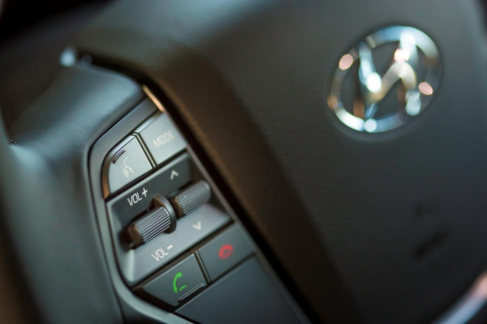 Đó là còn chưa kể đến gương ngoại thất chỉnh điện sơn trùng màu thân, phím chỉnh âm thanh và kiểm soát hành trình trên vô lăng, hệ thống kết nối Bluetooth và giám sát áp suất từng lốp.