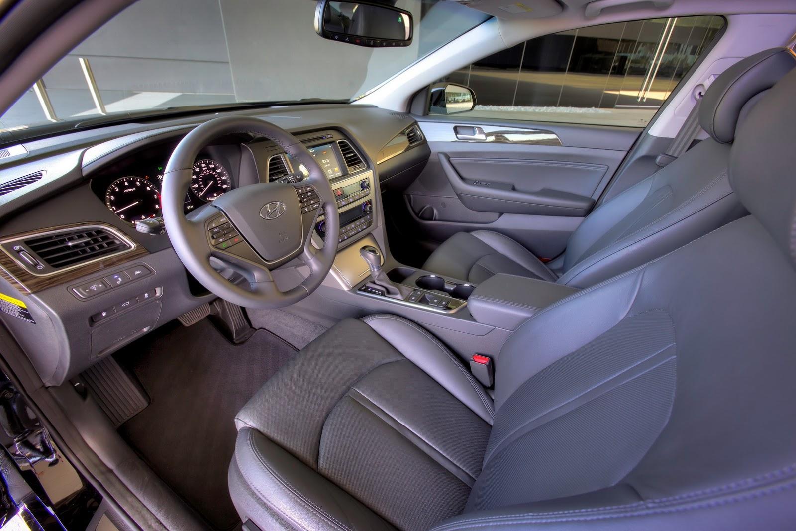 Trong số những trang thiết bị tiêu chuẩn của Hyundai Sonata 2017 có cả hệ thống kiểm soát ổn định thân xe, cân bằng điện tử, kiểm soát lực bám đường, 7 túi khí, phanh đĩa trên 4 bánh, chống bó cứng phanh ABS, phân bổ lực phanh điện tử và trợ lực phanh.