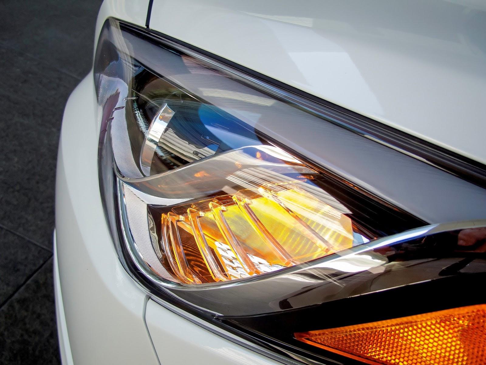 Ở phiên bản mới, Hyundai Sonata được trang bị 3 tùy chọn động cơ, nhiều công nghệ hiện đại hơn và đèn pha bẻ theo góc cua linh hoạt.