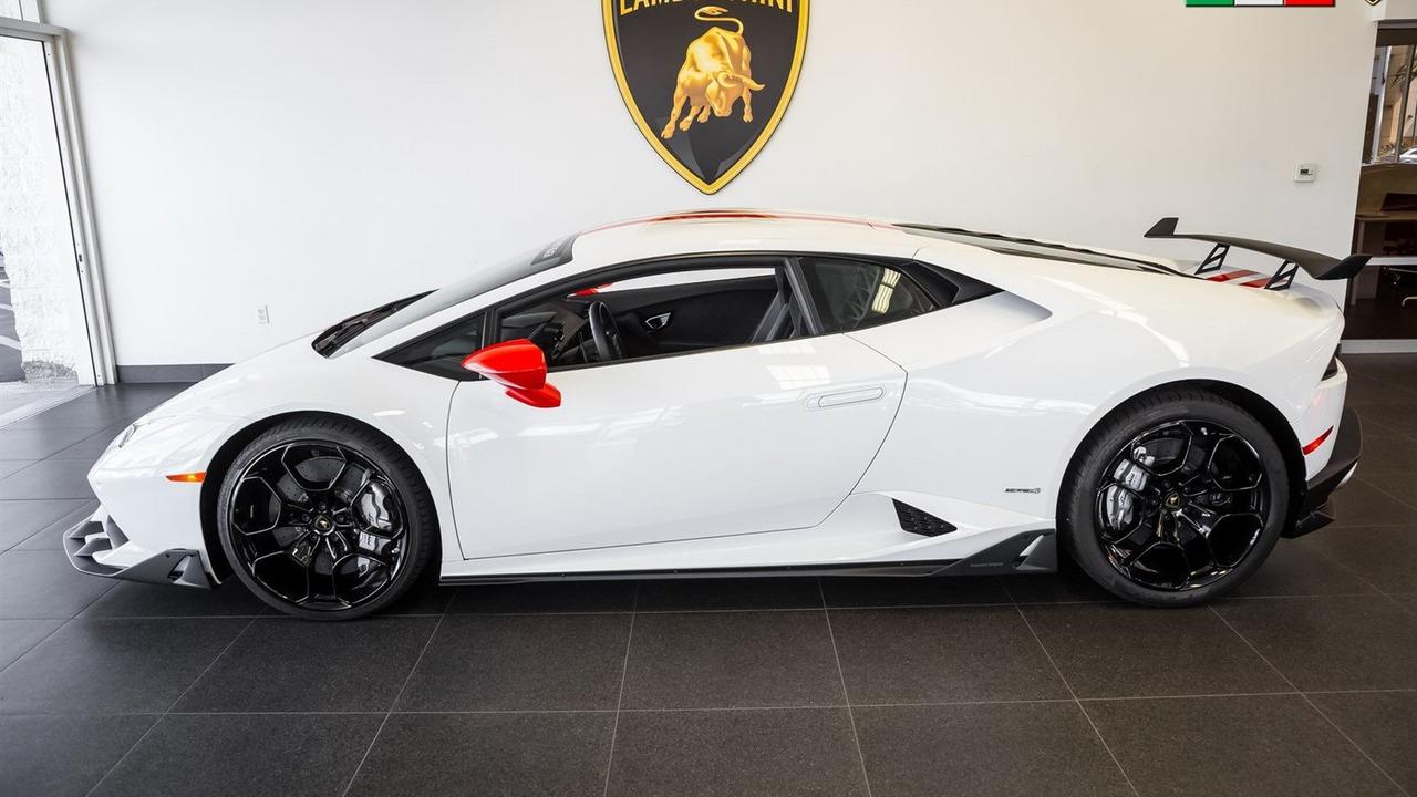 Theo đại lý Lamborghini Newport Beach, chiếc Lamborghini Huracan này còn được lắp một số gói phụ kiện khác, mang tên có tên Track Telemetry Package, Lamborghini Script và Shield Puddle Lights.
