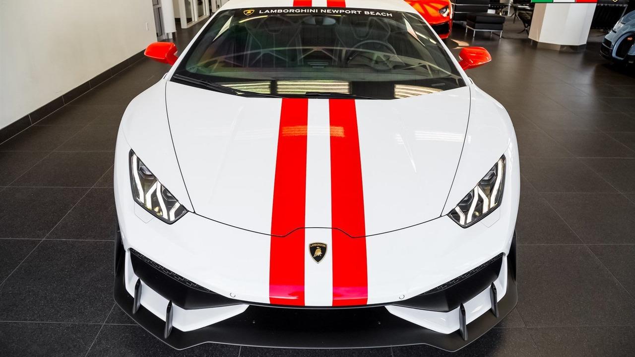 Xe được sơn màu ngoại thất trắng muốt Bianco Monocerus với dải màu đỏ đối lập. Đây là một phần của gói phụ kiện Aesthetics Graphics Kit chính hãng dành cho Lamborghini Huracan.