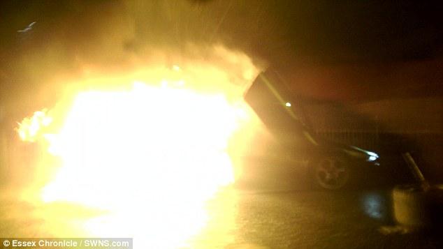 Chiếc siêu xe Lamborghini Murcielago bốc cháy tại hiện trường vụ tai nạn.