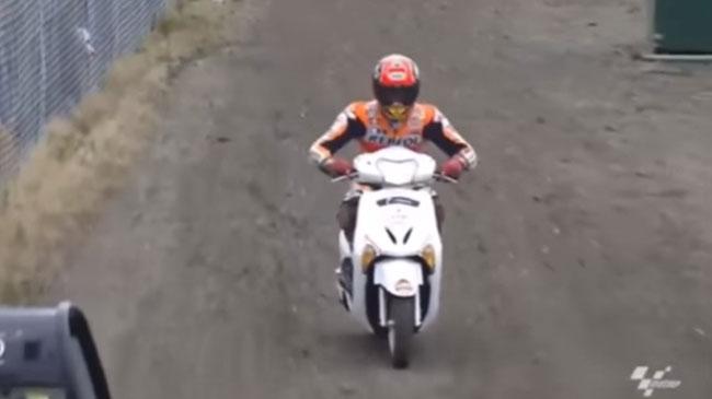 Marc Marquez lấy xe Honda Lead của phóng viên để chạy về đường pit. Ảnh cắt từ video