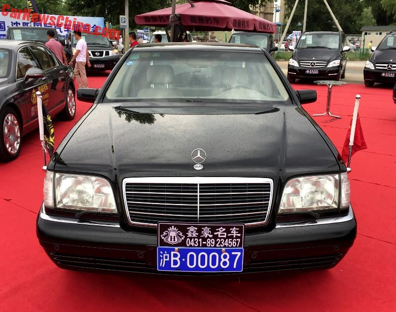 Ngoài ra, chiếc Mercedes-Benz S500L Pullman W140 còn đi kèm 2 cột cắm quốc kỳ. Trong thời gian phục vụ cho chính quyền, chiếc Mercedes-Benz S500L Pullman W140 được cắm cờ Trung Quốc bên trái và cờ nước khách bên phải.