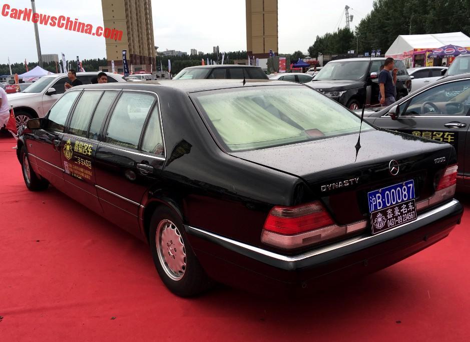 Đây là chiếc xe thuộc dòng Mercedes-Benz S500L Pullman W140 được chế tạo từ năm 1995-1998. Có tổng cộng 11 chiếc được nhập khẩu vào Trung Quốc và giao cho chính quyền thành phố Thượng Hải vào năm 1999. Ba trong số 11 chiếc xe limousine này đã được bán vào năm 2015. Một chiếc hiện được một công ty cho thuê xe sử dụng làm ô tô đám cưới.