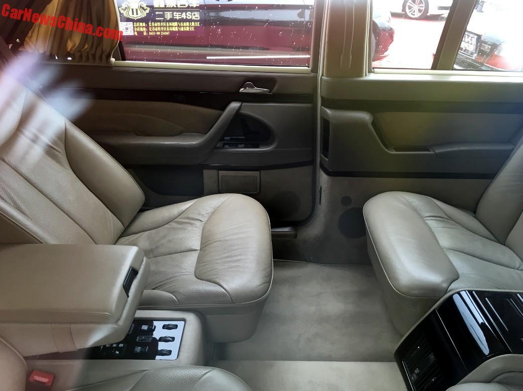 Trên thực tế, 8 chiếc Mercedes-Benz S500L Pullman W140 độ không hoàn toàn giống nhau. Chiếc được bán cho đại lý xe cũ ở Trường Xuân có 4 ghế thương gia. Trong khi đó, một số chiếc khác chỉ có 2 ghế thương gia.