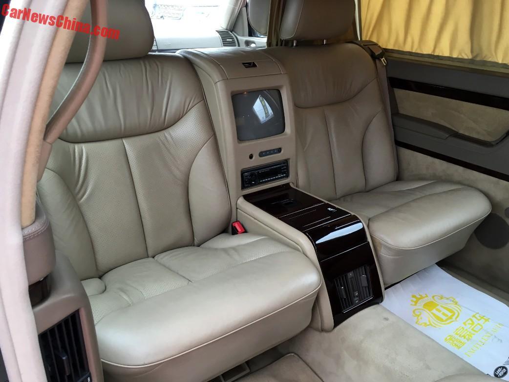 Chưa hết, 8 chiếc Mercedes-Benz S500L Pullman W140 còn được công ty Trung Quốc có tên Jinjiang Automobile Service độ lại sao cho sang trọng hơn. Dưới bàn tay của hãng Jinjiang Automobile Service, 8 chiếc limousine đến từ Đức đã được bổ sung một số trang thiết bị như TV và tủ lạnh trong nội thất.