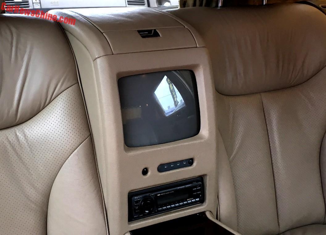Qua hình ảnh chụp chi tiết, có thể thấy chiếc Mercedes-Benz S500L Pullman W140 ở Trường Xuân được giữ gìn khá tốt. Xe còn nguyên vẹn với nội thất bọc da màu be sang trọng. Các thiết bị điện tử bên trong xe vẫn hoạt động tốt, ngay cả TV nằm giữa hai ghế thương gia phía sau.