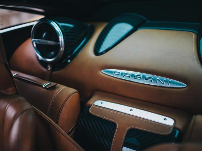 Khoang hành lý của Pagani Huayra cũng sang trọng và cao cấp không kém. Đằng sau ghế ngồi có một túi đựng đồ bằng da có màu sắc tông xuyệt tông với nội thất.