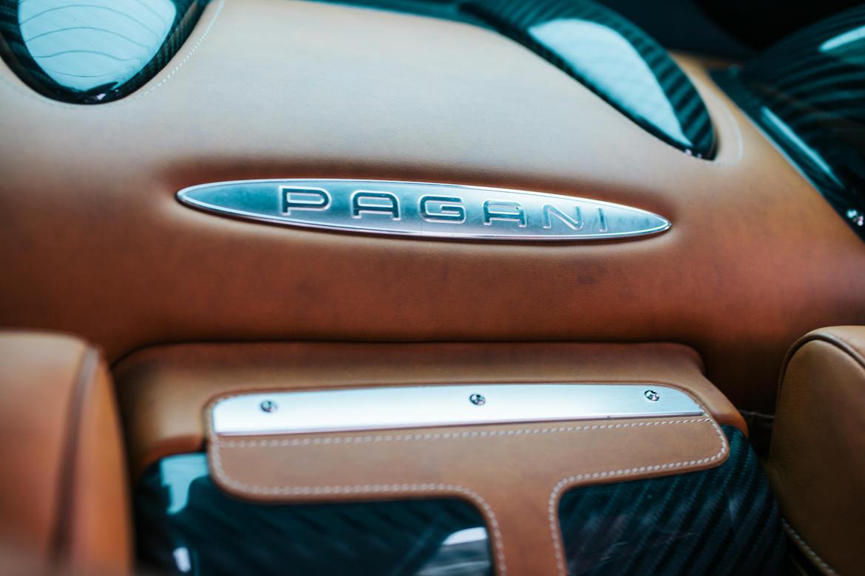 Những tấm biển đề tên Pagani xuất hiện khắp nơi bên trong thần gió như một lời nhắc nhở về nhãn hiệu có công sản xuất siêu xe này.