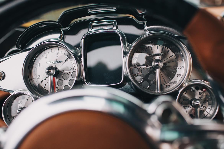 Font chữ trên cụm đồng hồ cũng gợi liên tưởng đến thời xa xưa. Đây là một chi tiết cho thấy phong cách Steampunk thời đầu máy hơi nước của nội thất Pagani Huayra.