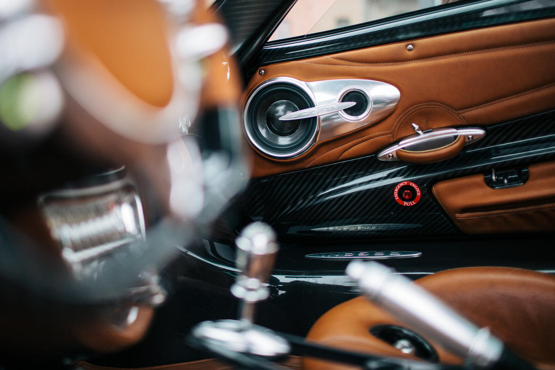 Đối với siêu xe như Pagani Huayra, an toàn của người ngồi bên trong cũng là vấn đề quan trọng. Hãng Pagani đã đặt tay nắm cửa thoát hiểm lên mặt trong cửa của Huayra.