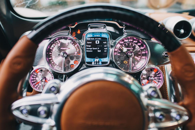 Pagani Huayra là mẫu siêu xe được trang bị thiết kế nội thất có một không hai. Bên trong thần gió là sự kết hợp hoàn hảo giữa các vật liệu như da, kim loại, sợi carbon, máy móc trần trụi và màn hình kỹ thuật số.