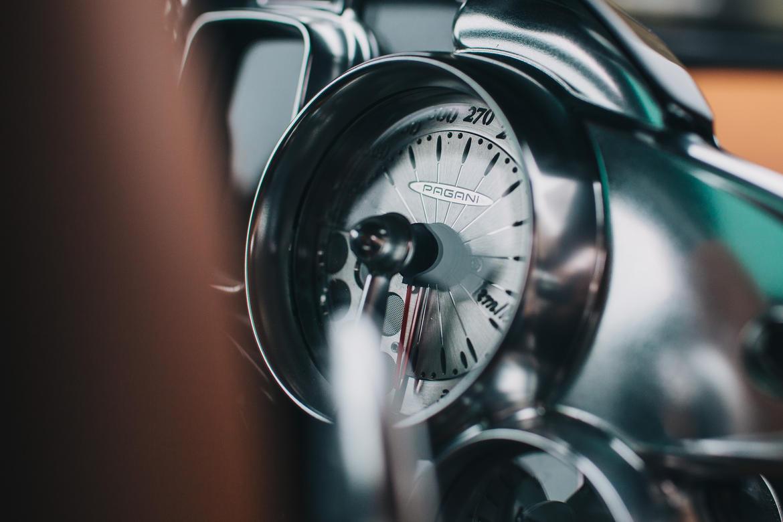 Đồng hồ công-tơ-mét tuyệt đẹp của Pagani Huayra. Nhiều người phải thừa nhận là chưa từng thấy đồng hồ công-tơ-mét nào đẹp hơn thế.