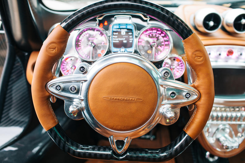 Sự ấn tượng và mượt mà của sợi carbon tạo cảm giác đối lập với da mềm mại. Những chi tiết trước mặt người lái của Pagani Huayra không hề giống bất kỳ mẫu xe nào khác.