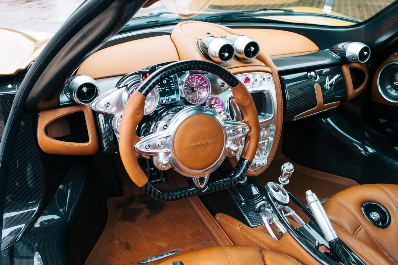 Khi bước vào Pagani Huayra, bạn có thể ngỡ đang ngồi trong chiếc xe chỉ có trên phim ảnh. Mọi chi tiết của nội thất đều được bọc da hoặc kim loại.