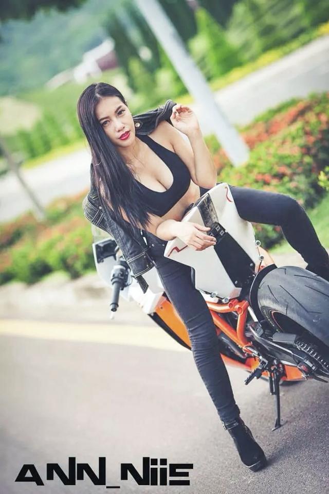 Nữ biker Thái Lan gợi cảm bên chiếc KTM 1190 RC8R