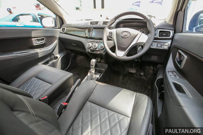 Trong khi đó, bản cao cấp của Perodua Bezza có vành hợp kim 14 inch 2 tông màu với thiết kế khác biệt, ghế và vô lăng bọc da, vô lăng tích hợp nút chỉnh hệ thống đa phương tiện, tính năng ngắt máy tự động, gương ngoại thất chỉnh điện, hệ thống cân bằng điện tử, kiểm soát lực bám, hỗ trợ khởi hành ngang dốc, hệ thống đa phương tiện bao gồm định vị, Smart Link cũng như camera chiếu hậu.