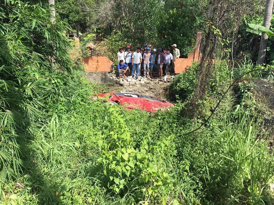 Người dân địa phương vây quanh hiện trường vụ tai nạn.