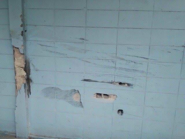 Những vết tróc trên tường cho thấy đã có va chạm xảy ra.