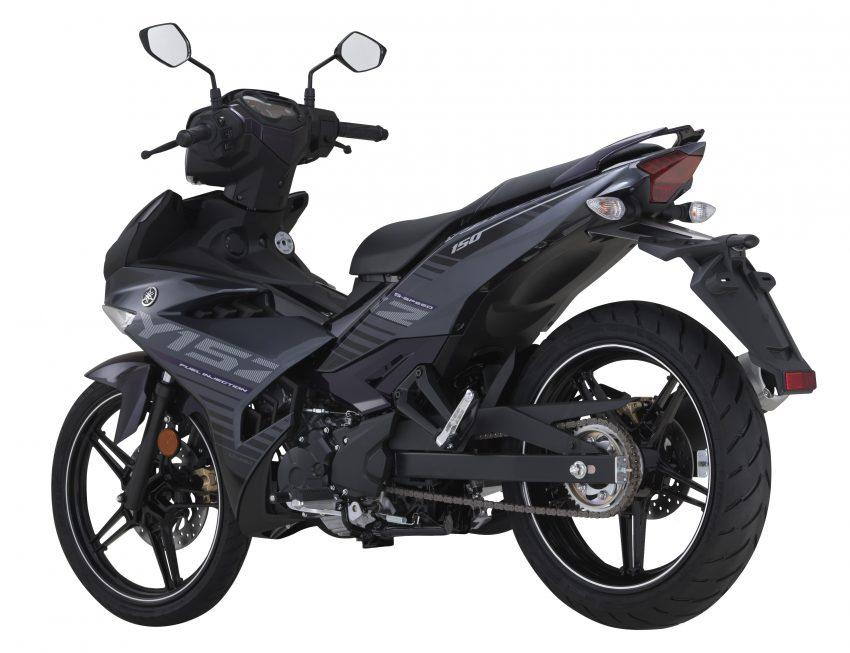 Chưa hết, Yamaha Exciter 150 2016 còn sử dụng phuộc ống lồng tiêu chuẩn phía trước và giảm xóc đơn đằng sau.