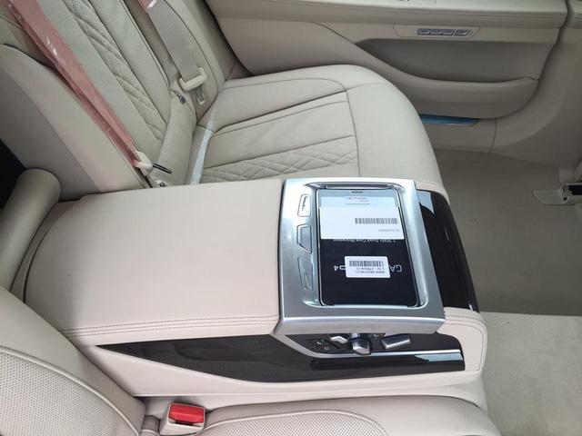 Ở hàng ghế sau là không gian thoải mái cùng những trang bị cao cấp như hai màn hình giải trí, cửa sổ trời toàn cảnh Sky Lounge với hơn 15.000 bóng đèn LED li ti có thể điều chỉnh 6 màu sắc khác nhau và máy tính bảng điều khiển (BMW Touch Command).