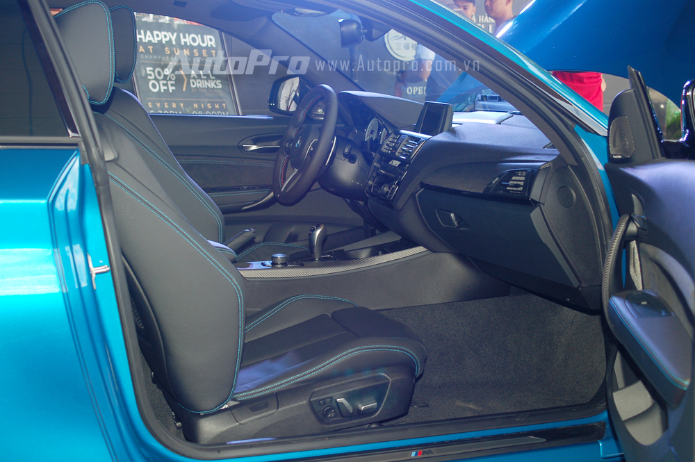 Mở cánh cửa, chiếc coupe thể thao khoe bộ áo nội thất đẹp mắt với ghế ngồi thể thao bọc da Dakota cao cấp màu đen.