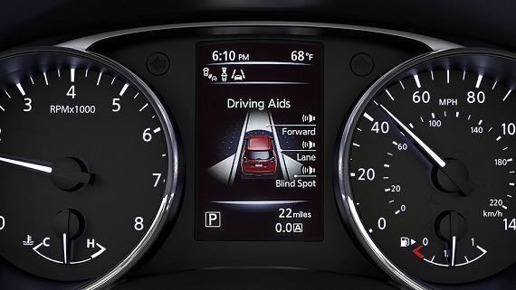 Bảng đồng hồ phía sau vô-lăng với 2 đồng hồ cơ và một đồng hồ điện tử hiển thị đa thông tin.