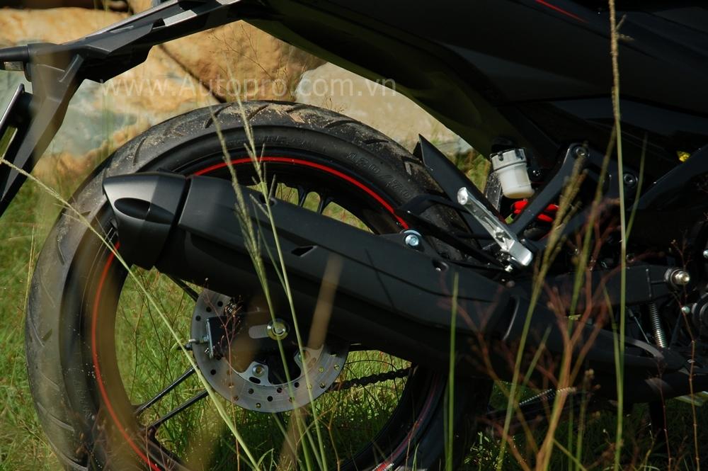Bánh sau có kích thước to với đường kính 120 mm mang đến dáng vẻ thể thao cũng như giúp xe vận hành ổn định trong mọi điều kiện đường sá, tăng độ an toàn khi điều khiển.