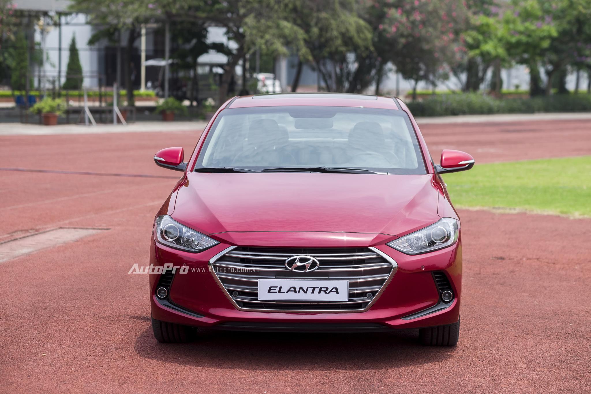"""Hyundai Elantra 2016 sở hữu ngoại hình đẹp mắt với ngôn ngữ thiết kế """"Điêu khắc dòng chảy 2.0"""" cùng lưới tản nhiệt lục giác mạ crôm có hơi hướng giống những chiếc xe hạng sang của Audi."""