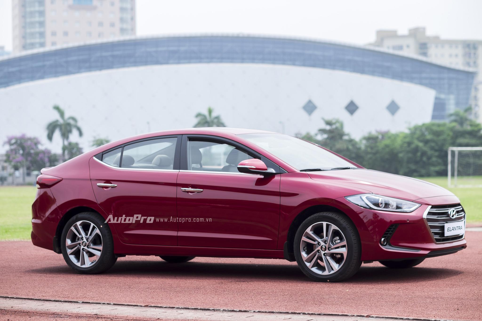 Hyundai Elantra 2016 vừa được ra mắt tại Việt Nam thuộc thế hệ thứ 6 của dòng xe này với thiết kế cá tính, mạnh mẽ và bắt mắt hơn.
