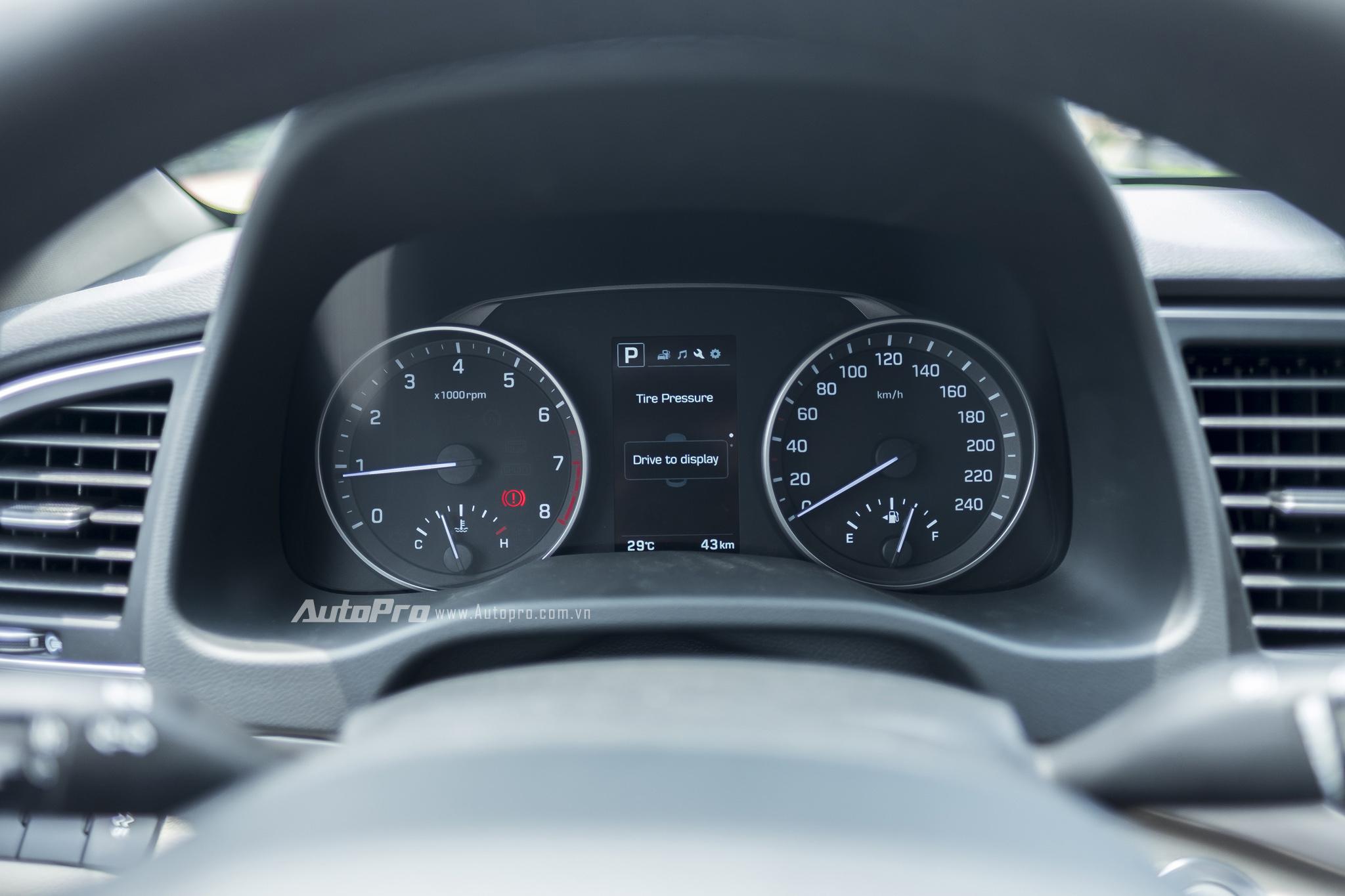 Sau vô-lăng là màn hình trung tâm với 2 đồng hồ cơ cùng một màn hình điện tử hiển thị đa thông tin.